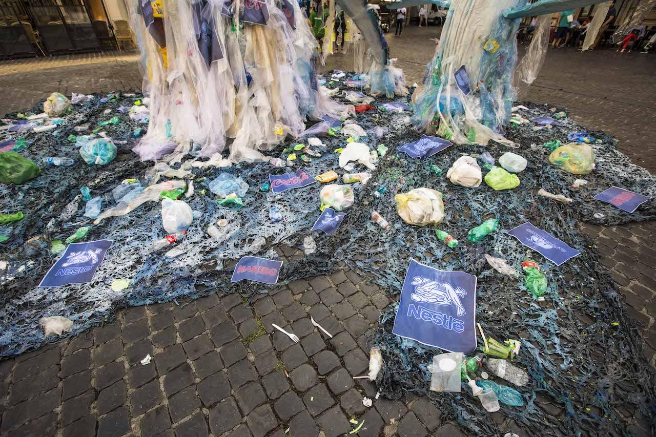 Greenpeace in azione a Roma: «La plastica usa e getta di Coca Cola, San Benedetto, Ferrero, Nestlè, Haribo e Unilever inquina i mari italiani»